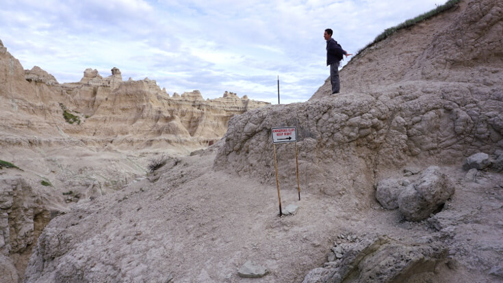 Day Hikes at Badlands National Park: Cliff edges on the Notch Trail
